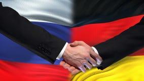 Poignée de main de la Russie et de l'Allemagne, sommet international d'amitié, fond de drapeau clips vidéos