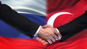 Poignée de main de la Russie et de la Turquie, relations internationales d'amitié, fond de drapeau clips vidéos
