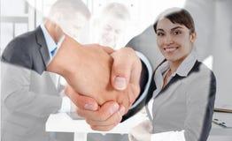 Poignée de main masculine et femelle dans le bureau Image stock
