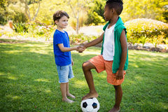 Poignée de main mignonne de joueurs de football Images stock