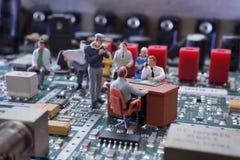 Poignée de main miniature d'homme d'affaires image libre de droits
