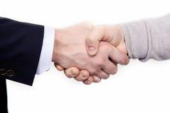 Poignée de main multiraciale entre africain et un homme caucasien d'affaires, d'isolement sur le blanc Photo stock