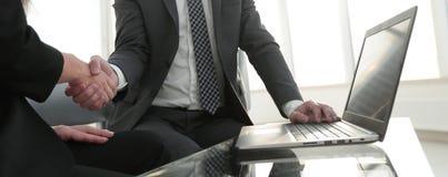 Poignée de main réussie d'hommes d'affaires après bonne affaire Photographie stock