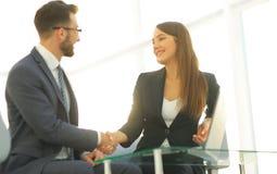 Poignée de main réussie d'hommes d'affaires après bonne affaire Image libre de droits
