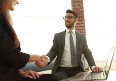 Poignée de main réussie d'hommes d'affaires après bonne affaire Photographie stock libre de droits