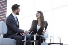 Poignée de main réussie d'hommes d'affaires après bonne affaire Photo stock