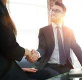 Poignée de main réussie d'hommes d'affaires après bonne affaire Images stock