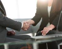 Poignée de main réussie d'hommes d'affaires après bonne affaire Image stock