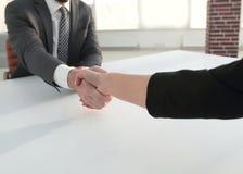 Poignée de main réussie d'hommes d'affaires après bonne affaire Images libres de droits