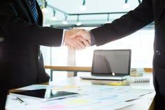 Poignée de main réussie d'hommes d'affaires après bonne affaire Photos libres de droits