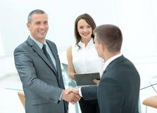 Poignée de main réussie des hommes d'affaires avant de signer un contrat Image libre de droits