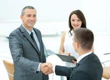 Poignée de main réussie des hommes d'affaires avant de signer un contrat Photos stock