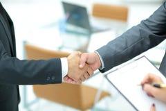 Poignée de main réussie des hommes d'affaires dans un environnement de travail Photos libres de droits