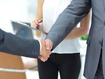 Poignée de main réussie des hommes d'affaires dans un environnement de travail Photographie stock