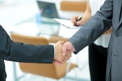 Poignée de main réussie des hommes d'affaires dans un environnement de travail Images stock