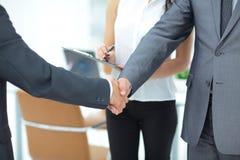 Poignée de main réussie des hommes d'affaires dans un environnement de travail Photo stock
