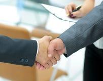 Poignée de main réussie des hommes d'affaires dans un environnement de travail Photo libre de droits