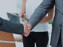 Poignée de main réussie des hommes d'affaires dans un environnement de travail Photos stock