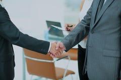 Poignée de main réussie des hommes d'affaires dans un environnement de travail Image stock