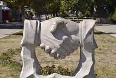 Poignée de main de sculpture Symbole de l'amitié et de la coopération Image stock