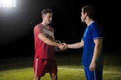 Poignée de main de sportifs après le jeu de football sur le champ image libre de droits