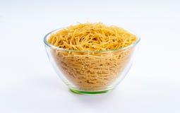 Poignée de pâtes de vermicellis dans le bol en verre Image libre de droits