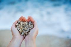 Poignée de pierres de mer Images stock