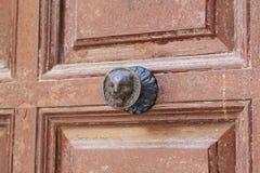 Poignée de porte antique sur la porte d'une maison à Toledo, Espagne Photos stock