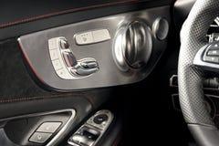 Poignée de porte avec des boutons de contrôle de siège de puissance d'une voiture de tourisme de luxe Images libres de droits