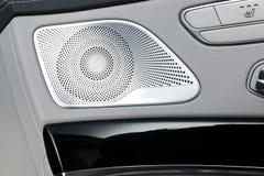 Poignée de porte avec des boutons de contrôle de siège de puissance d'une voiture de tourisme de luxe Intérieur de cuir blanc de  Photographie stock