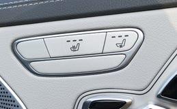 Poignée de porte avec des boutons de contrôle de siège de puissance d'une voiture de tourisme de luxe Intérieur de cuir blanc de  Images stock