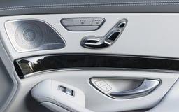 Poignée de porte avec des boutons de contrôle de siège de puissance d'une voiture de tourisme de luxe Intérieur de cuir blanc de  Photo libre de droits