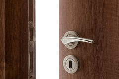 Poignée de porte avec la porte ouverte légèrement Image stock