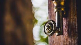 Poignée de porte décorative en métal de vintage photos libres de droits