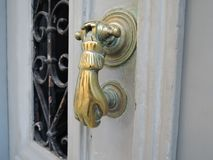 Poignée de porte d'or antique sur une vieille porte en bois photographie stock
