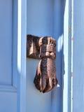 Poignée de porte d'une main, l'île de Symi Images libres de droits