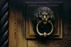 Poignée de porte en bronze sous forme de tête de lions Photo libre de droits