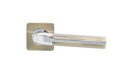 Poignée de porte en métal d'isolement sur le fond blanc Photos stock