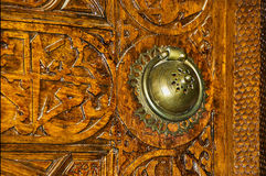 Poignée de porte et découpages en bois photo stock