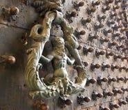 Poignée de porte historique en métal avec un chiffre d'homme Photographie stock libre de droits