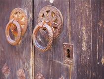 Poignée de porte métallique à une vieille porte, Valence Photo stock