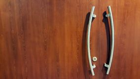 Poignée de porte moderne de style sur la porte en bois naturelle photo libre de droits