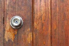 Poignée de porte sur le fond en bois de porte Image stock