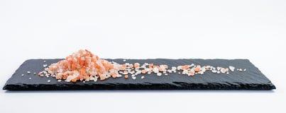 Poignée de sel de Hymalayan de plat foncé de schiste Images stock