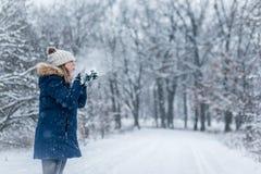 Poignée de soufflement de femme de neige dans l'air au pays des merveilles d'hiver photos libres de droits