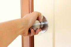 Poignée de torsion de main la porte à s'ouvrir photo stock