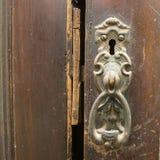 Poignée en métal de vintage sur le vieux casier en bois, plan rapproché Images libres de droits
