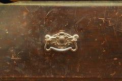 Poignée en métal de vintage sur le vieux tiroir en bois, plan rapproché Photographie stock libre de droits