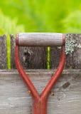 Poignée rouge en métal d'un outil de jardin Photographie stock libre de droits