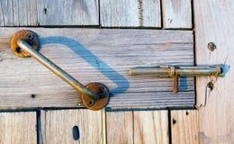 Poignée rouillée de fer sur une vieille porte en bois photo libre de droits